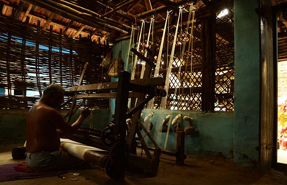 Weaver-weaving-on-pit-loom-india