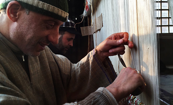 Craftsmen-weaving-carpet-kashmir