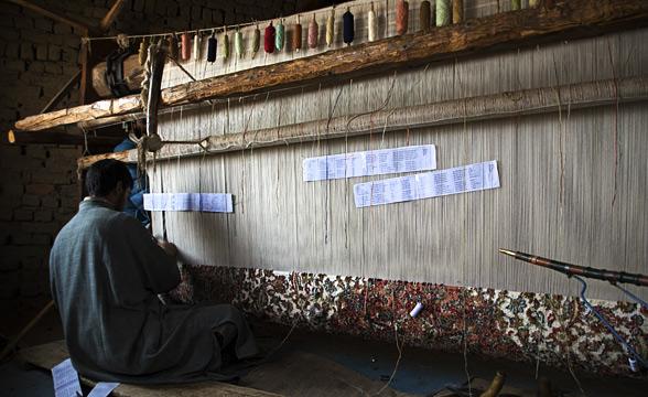 craftsmen-weaving-srinagar