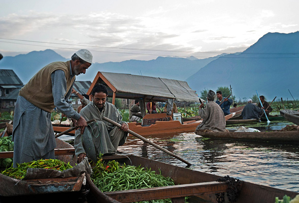 kashmir-dal-lake-vegetable-market
