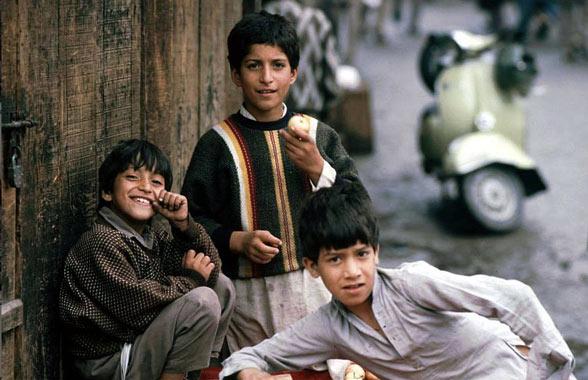kashmiri-kids-playin-on-the-street