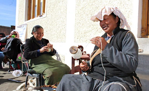 laddakhi-women-yarn