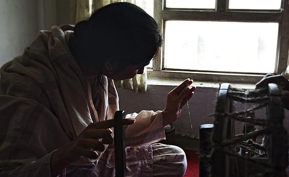women-working-on-charkha-kashmir